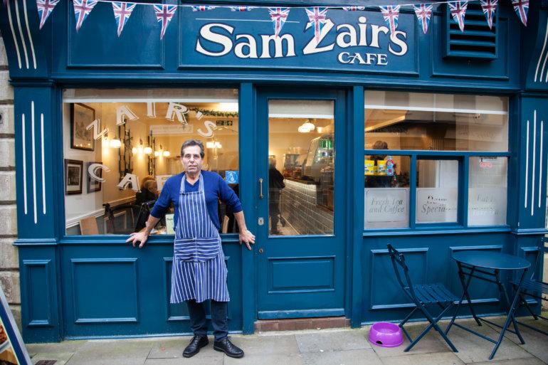 Der Gastwirt Sam Zair vor seinem Cafe in Bishop Auckland (Quelle: J. Smirnova)