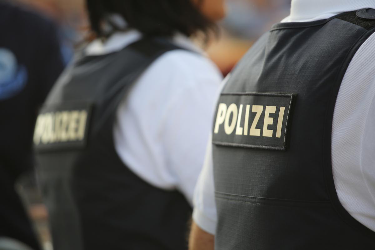 Die Reporter der Tageszeitung Welt Annelie Naumann und Alexej Hock über Soldaten und Polizisten in der Partei AfD / Alternative für Deutschland